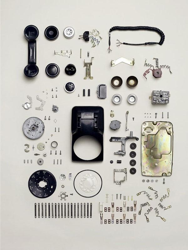 Các linh kiện của một chiếc điện thoại quay số có tuổi đời hàng chục năm