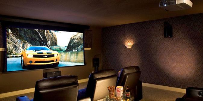 chọn màn chiếu phù hợp với máy chiếu và không gian phòng xem phim gia đình