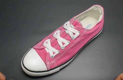 Buộc dây giày kiểu thắt nơ