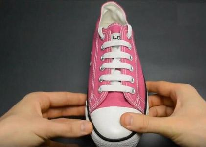 Cách buộc dây giày kiểu shoe shop