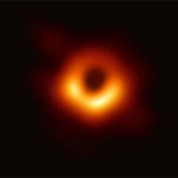 Đây là bức ảnh chụp lỗ đen đầu tiên của nhân loại, nằm ở thiên hà cách Trái Đất 55 triệu năm ánh sáng
