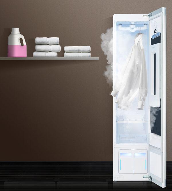 Trong quá trình giặt quần áo được treo trên móc và được làm sạch bằng hơi nóng