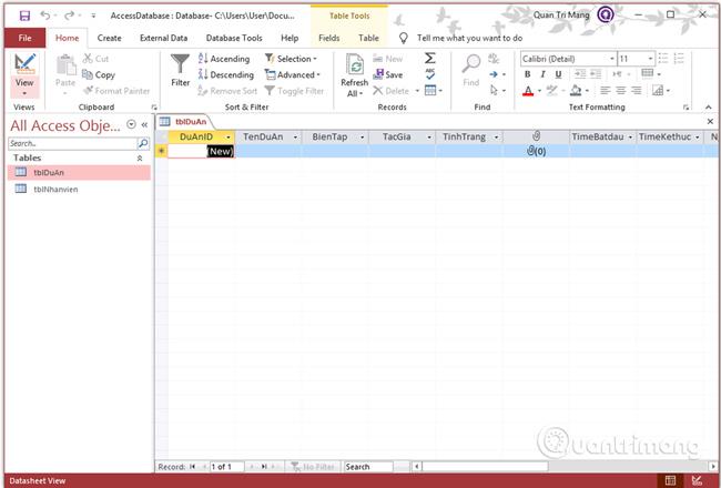 Đưa bảng này về dạng Datasheet View bằng cách click vào nút View ở góc bên trái