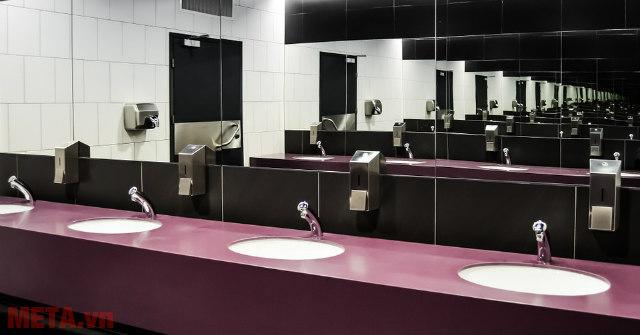 Lắp quạt hút mùi giúp thông thoáng khí hiệu quả cho nhà vệ sinh.