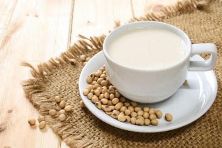 Uống sữa đậu nành có nhiều lợi ích với sức khỏe.