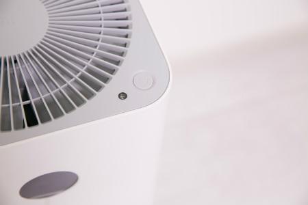 Máy lọc không khí Xiaomi Mi Air Purifier 2S có quạt, nút nguồn và cảm biến ánh sáng ở mặt trên.