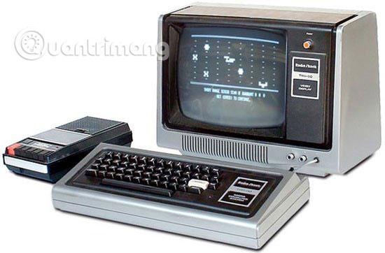 TRS-80, được giới thiệu vào năm 1977, là một trong những máy đầu tiên có tài liệu dành cho người không chuyên