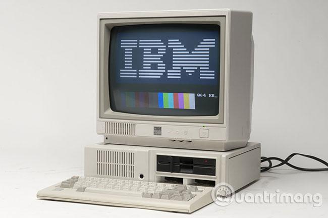 Máy tính cá nhân đầu tiên của IBM, được giới thiệu vào ngày 12 tháng 8 năm 1981, đã sử dụng hệ điều hành MS-DOS