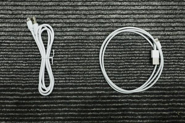 Bên trái là cáp iPhone giá thấp đang được chào bán nhiều trên thị trường, bên phải là hàng chính hãng của Apple.