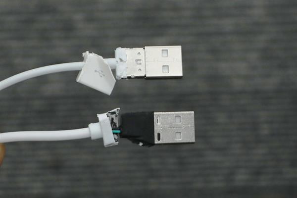 Với phần cổng USB, cáp xịn được kết nối thông qua lớp kim loại chắc chắn