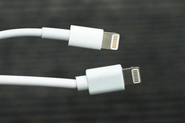 Khi đặt hai loại dây cáp này cạnh nhau (phía trên là dây chính hãng, phía dưới là dây cáp giá rẻ), ta có thể thấy sự khác biệt rất lớn đến từ chất liệu nhựa và độ nghiêng của dây cắm