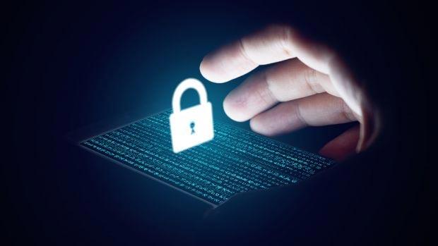 Data exfiltration gây ra khi cá nhân có quyền truy cập vào một hệ thống mạng nội bộ và đánh cắp dữ liệu