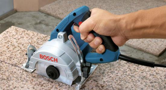 Máy cắt gạch, cắt đá cầm tay có thiết kế nhỏ gọn, thao tác linh hoạt.