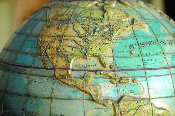 Quả địa cầu với những chấm tròn rất nhỏ làm bằng gỗ của người khiếm thị