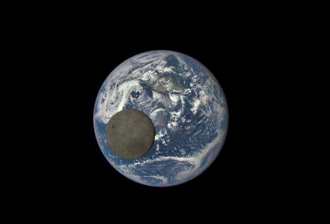 Vùng tối của Mặt Trăng lướt qua Trái Đất