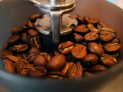Máy xay cafe giúp xay cà phê hạt nhanh chóng, hiệu quả.