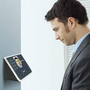 Máy chấm công khuôn mặt hiện đại, giúp tăng cường an ninh cho văn phòng làm việc.