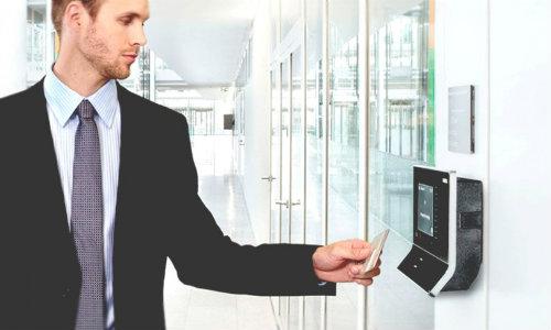 Máy chấm công thẻ từ được đánh cao về tính tiện lợi.