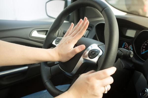 Bấm còi xe