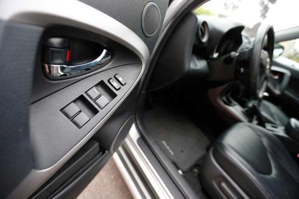 Mở cửa xe ở vị trí của ghế lái