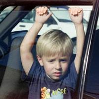 Kỹ năng cần thiết giúp trẻ thoát khỏi xe ô tô nếu bị mắc kẹt