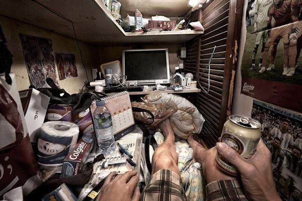 Thậm chí, nhiều người lớn tuổi phải sống trong những chiếc giường tầng lồng sắt xếp chồng lên nhau trong nhà công cộng