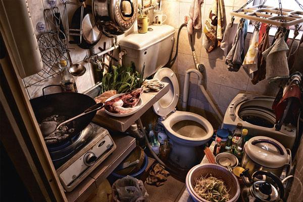 Và vì không gian quá nhỏ hẹp nên phòng tắm và nhà bếp cũng được gộp chung lại với nhau