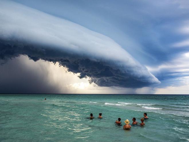"""Bài thi """"Cuban Storm"""", ghi lại cảnh cơn bão kéo đến Varadero, Cuba vào năm 2019"""