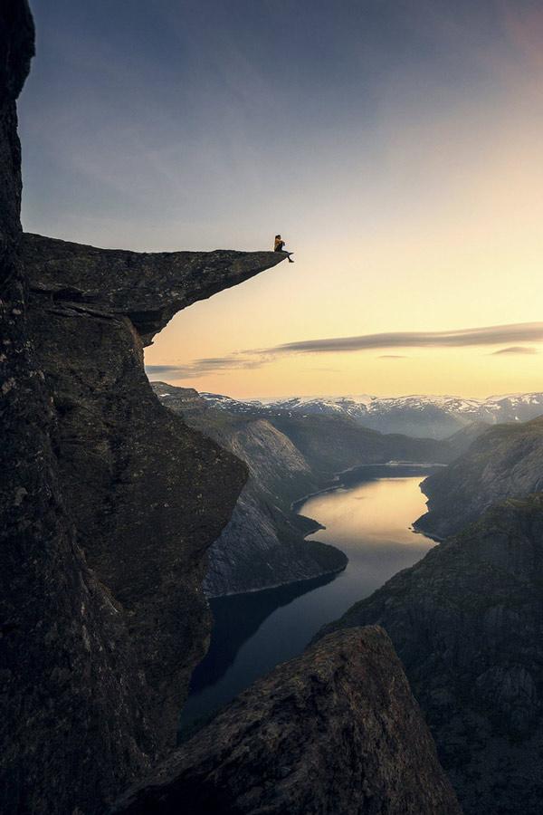 Mỏm đá Trolltunga được gọi là Lưỡi Quỷ ở Na Uy