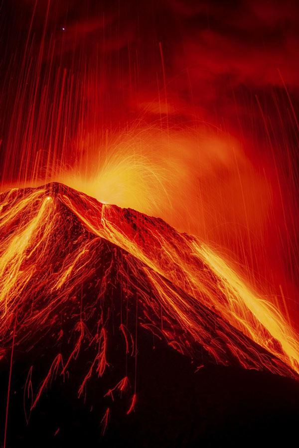 Một ngọn núi lửa phun trào cực mạnh khiến bầu trời được thắp sáng đỏ rực như bắn pháo hoa