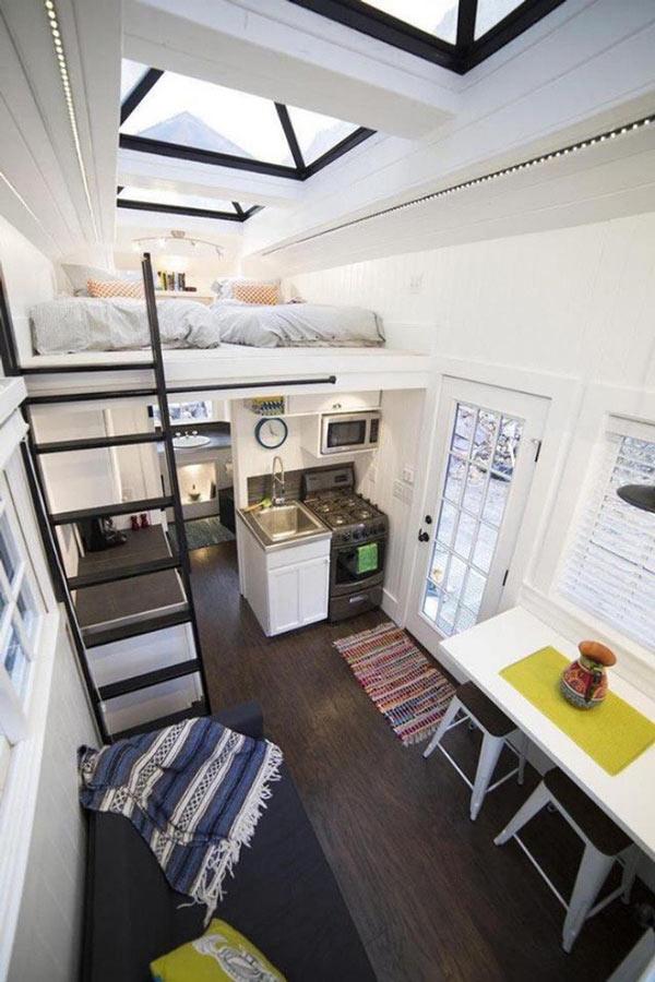 Căn nhà siêu nhỏ vẫn đủ các chức năng nhờ gác lửng tạo phòng ngủ riêng tư phía trên và hệ thống lưu trữ đồ được thiết kế khéo léo ở bậc thang