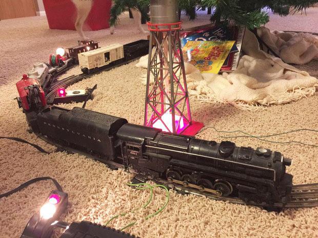Trong hơn 60 năm qua, đoàn tàu Lionel này luôn chạy trang trí dưới cây thông Giáng sinh nhà tôi