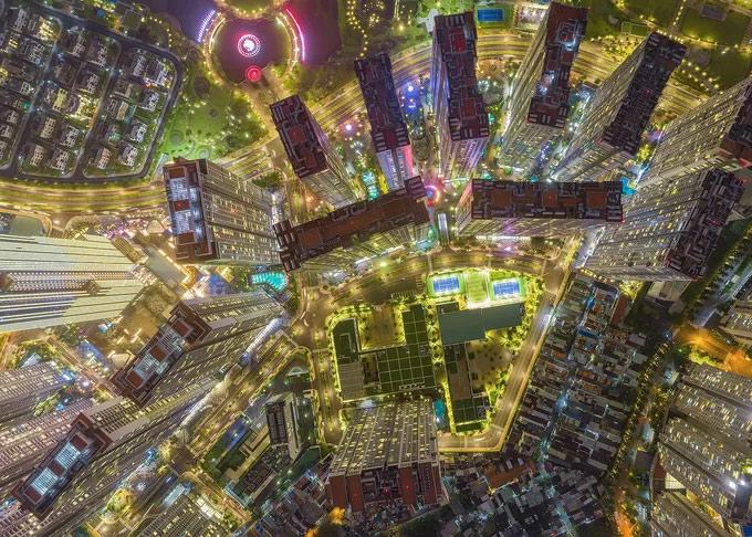 Bức ảnh chụp cảnh những tòa cao ốc và đường phố sáng rực ánh đèn ở TP HCM