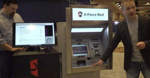 Bên trong vẻ ngoài kiên cố của ATM là chiếc máy cũ kĩ.