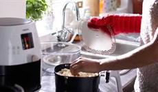 Cách vệ sinh nồi chiên không dầu sạch và đơn giản nhất, bảo vệ lớp chống dính