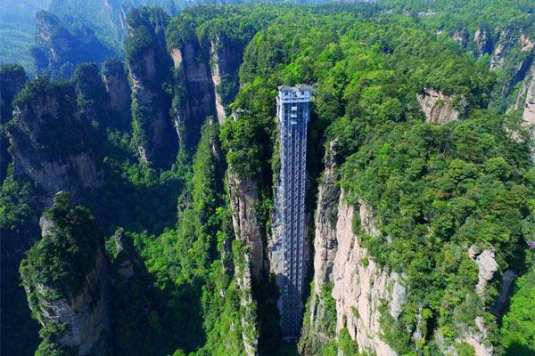 Hệ thống thang máy Bách Long được xây dựng trên vách núi sa thạch dựng đứng