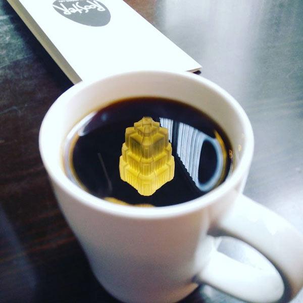 Sự phản chiếu khiến tách cà phê như chứa một tòa lâu đài rực rỡ