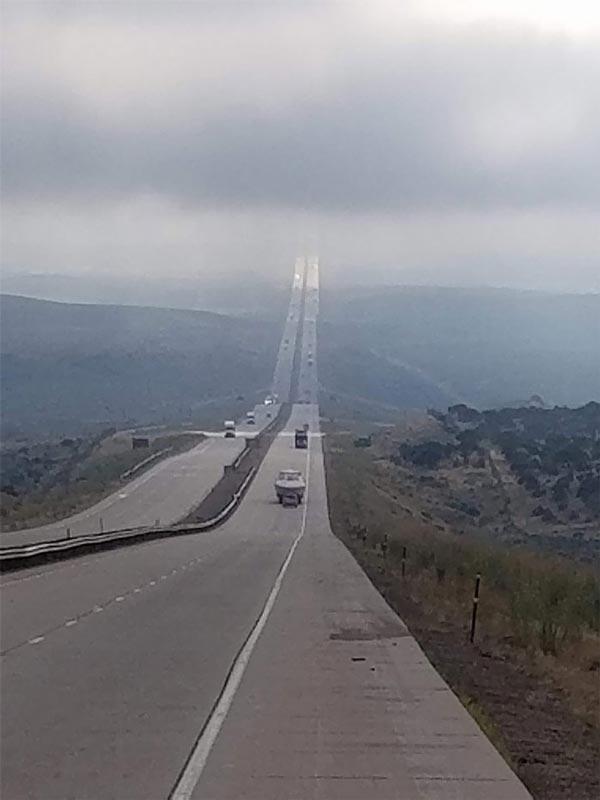 """Ảo ảnh do hơi nước biến đường cao tốc thành """"nấc thang lên thiên đường"""""""