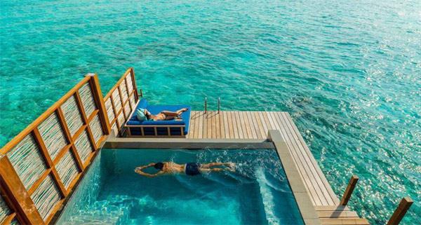 Nằm trong phòng, bạn có thể phóng tầm mắt ra xa ngắm nhìn màu xanh ngọc của biển