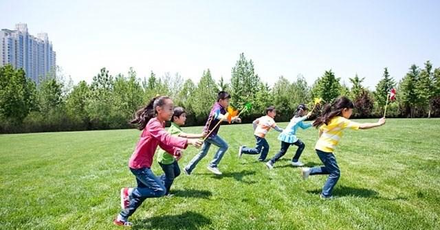 Muốn giảm nguy cơ cận thị, hãy cho trẻ được ra ngoài trời chơi ít nhất 1 tiếng mỗi ngày