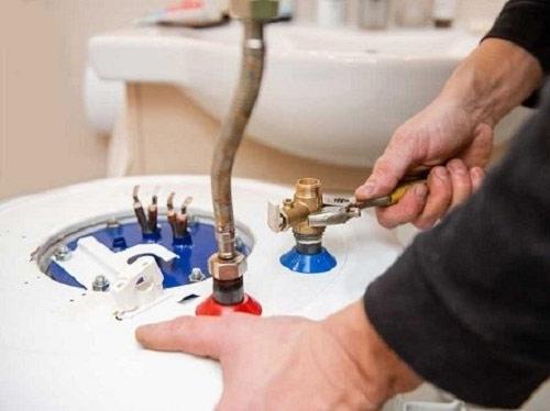 Nên bảo dưỡng bình nóng lạnh thường xuyên 6 tháng 1 lần để có thể kéo dài tuổi thọ của bình. Ảnh: 911RAP.