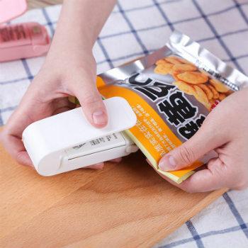 Máy hàn miệng túi mini cầm tay nhỏ gọn như một chiếc dập ghim.