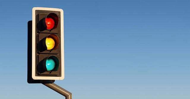 Tại sao đèn giao thông có 3 màu đỏ - vàng - xanh, giấy vệ sinh phải có màu trắng?