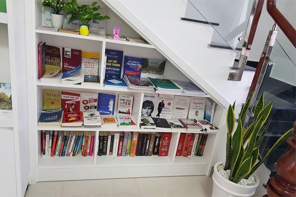 Thư viện mini dưới gầm cầu thang 8