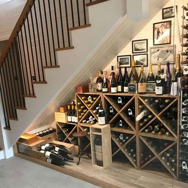 Gầm cầu thang đẹp với quầy bar, tủ rượu nhỏ xinh 1