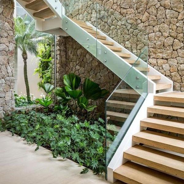 Tạo ra một khu vườn nhỏ dưới gầm cầu thang
