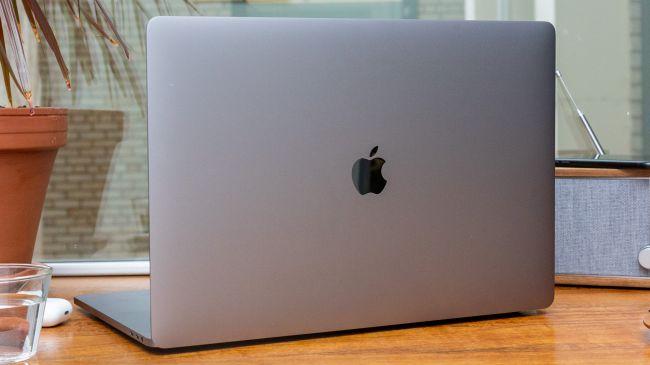 MacBook Pro 16-inch trông rất giống với những MacBook Pro khác