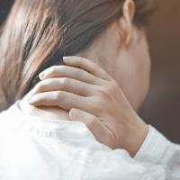 Tại sao hay bị đau mỏi vai gáy vào mùa đông? Làm thế nào để giảm đau và phòng tránh?