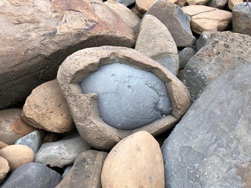 Bên trong hòn đá là một hòn đá nhỏ hơn