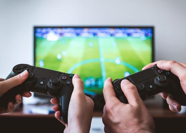 Nếu định chơi game, nên chọn màn hình có tốc độ refresh cao